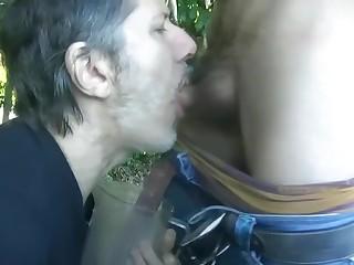 Brutal meada en la boca haciendo cruising