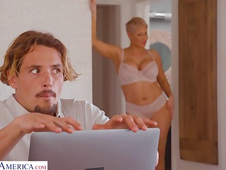 Young man gets unjust watching his stepmom's nudes in excess of the brush computer