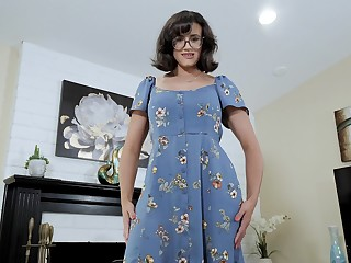 Nerdy stepmom with racy boobs Penny Barber turned to be a hot teaser