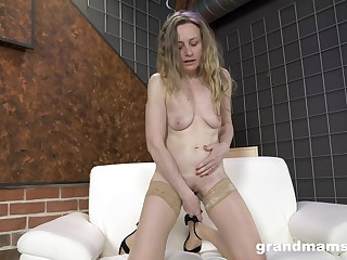 Mature blonde respecting nude stockings takes act towards her own lecherous needs