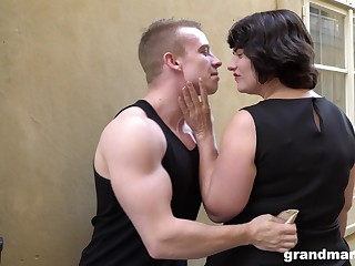 Chubby bottomed cougar picks up a young man and gives him a great blowjob